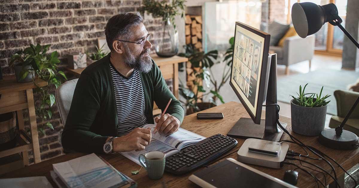 Uomo segue un corso online nel suo ufficio